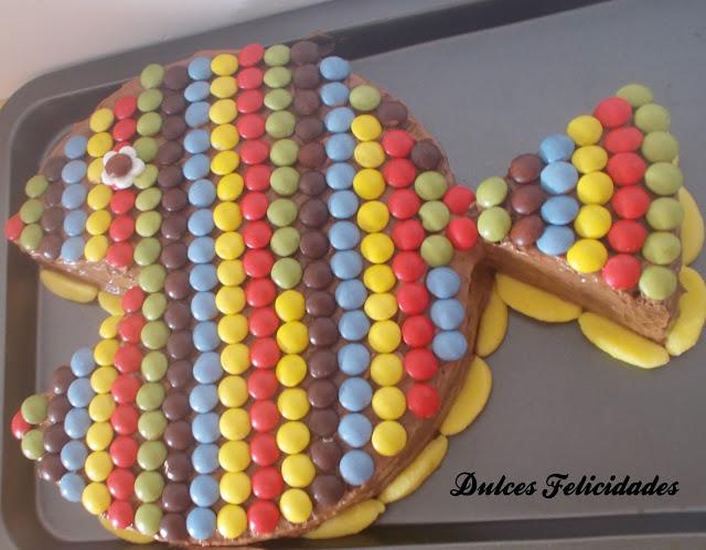 una tarta muy colorida y fcil de preparar utiliza tu bizcocho favorito lo importante es que sea en forma circular en este caso ha sido de chocolate