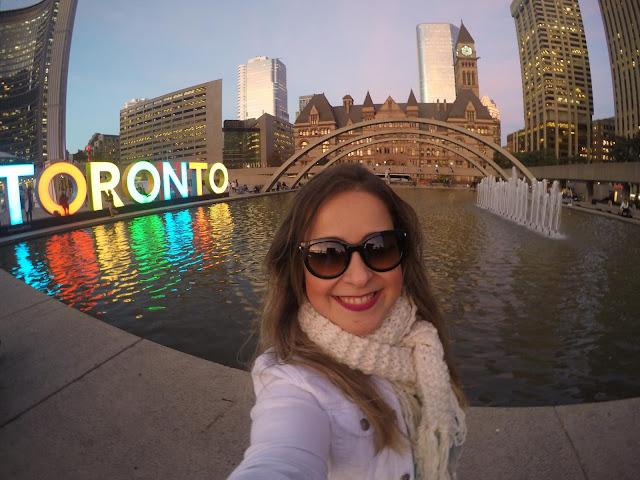Minha noiva em frente ao prédio da prefeitura de Toronto, Canadá.