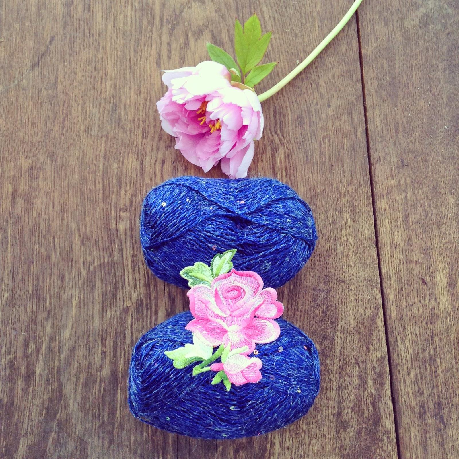 fil chanvre et paillettes bleu vignette brodée rose