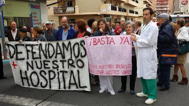 Manifestantes a las puertas del hospital de Béjar