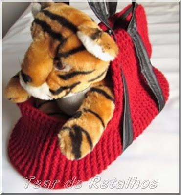 Bolsa para transporte de pequenos animais feita com lã acrílica em crochê