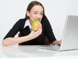 Dilarang Makan Di Depan Laptop Berbahaya!! [ www.BlogApaAja.com ]