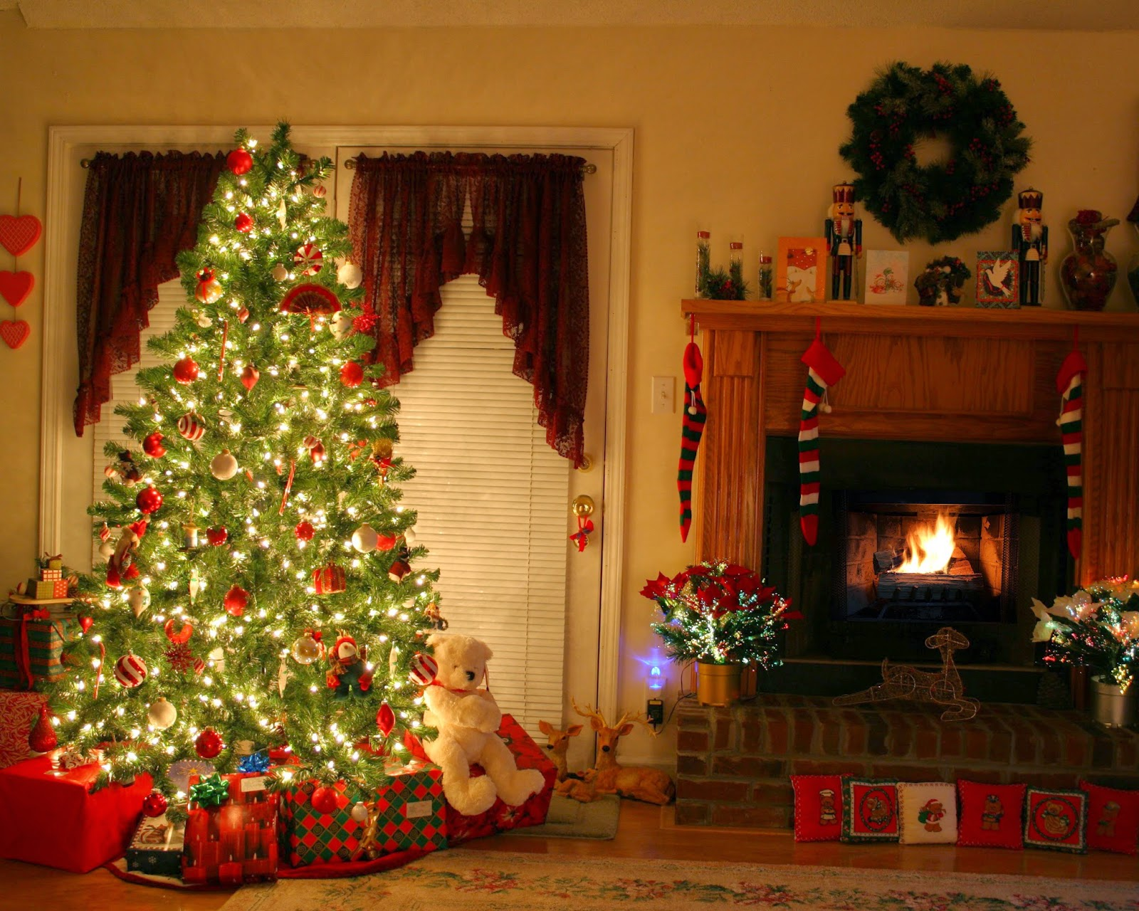 Christmas fireplace mantel decoration ideas for home made for Traditional christmas decorating ideas