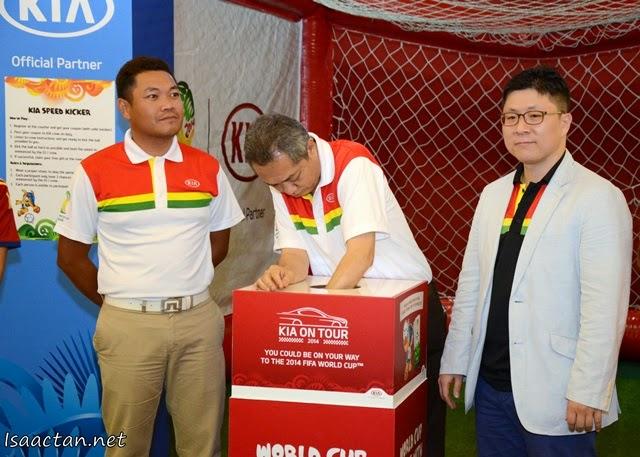 Lucky draw by Naza Kia Malaysia's Chief Operating Officer, Datuk Hafiz Syed Abu Bakar