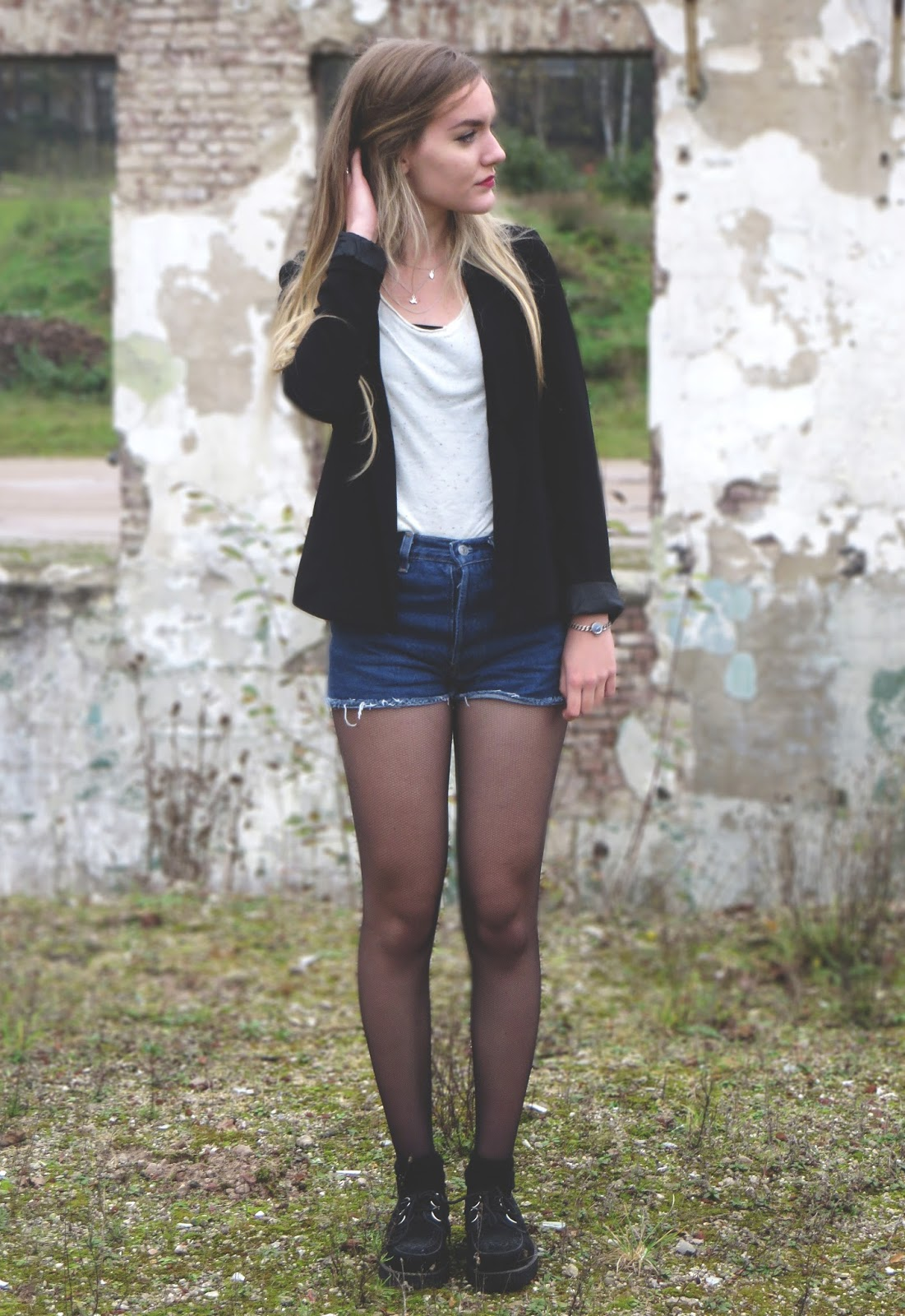 outfit with a black blazer, white top and levi's shorts