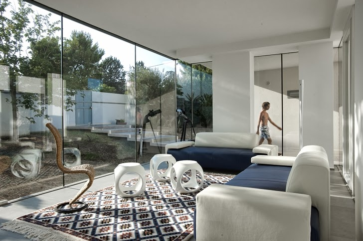 Living room in Modern villa Di Gioia by Pedone Working