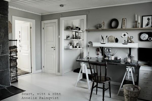 arbetsrum, work area, arbetshörna, gråmålade väggar, vedförvaring, arbetsbord, skrivbord, detaljer, interiör, inredning, inspiration, plåtskylt, hylla, hyllor, vit parkett, vitt plankgolv, svart klocka, trärena detaljer, vita dörrar, vit dörr, spegeldörr, detlajer på skrivbordet, prylar, artprint feather, konsttryck fjäder, poster, svartvitt, svartvita detaljer, dekoration, helhetsbild, renoverat arbetsrum, ateljé, papperkorg, stråkorg, vitt plåtsskåp, datorhörna, dator,