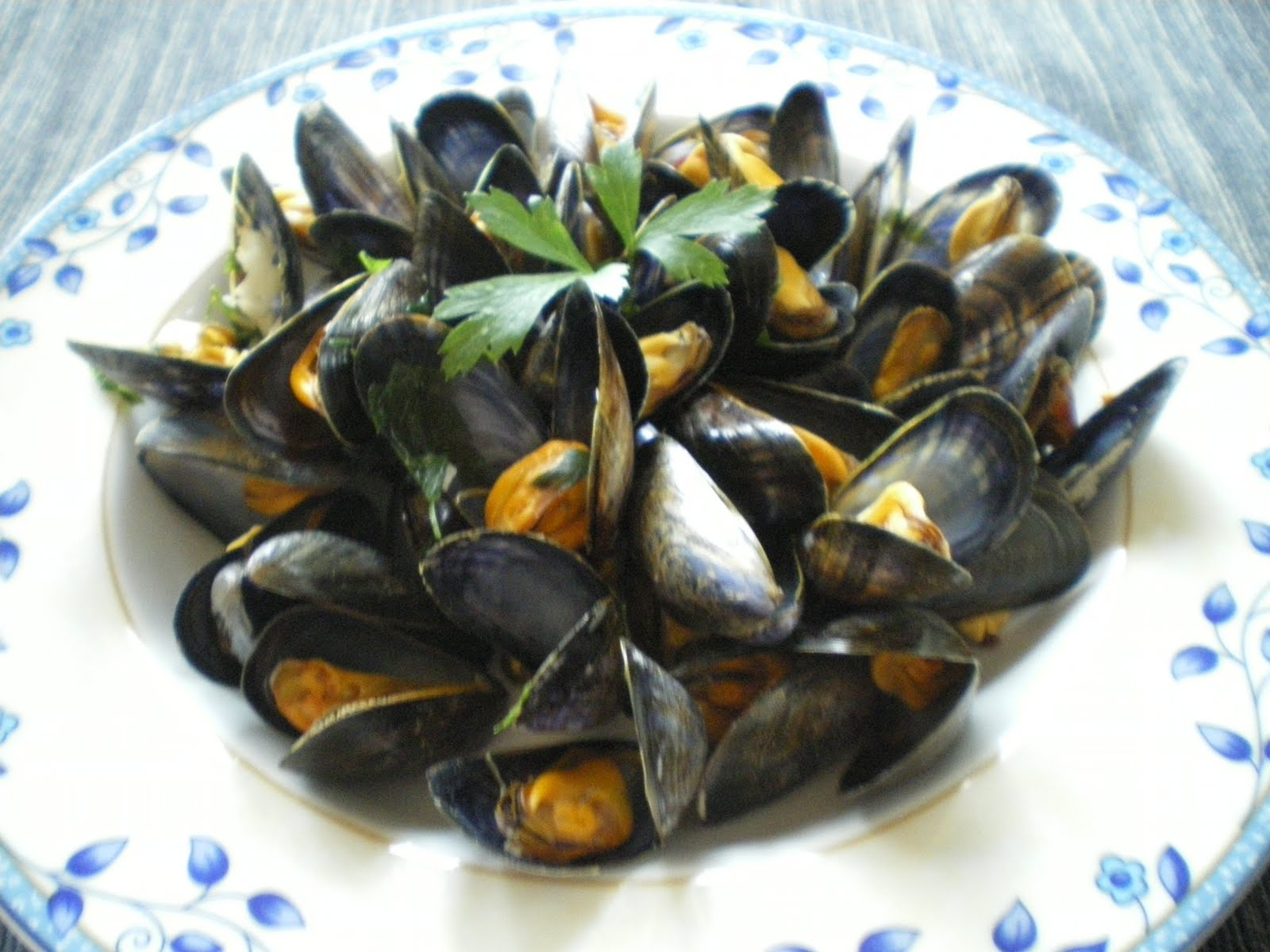 Shelly's Kitchen: Mussels in White Wine Sauce