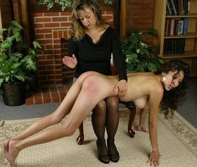 Jeune fille fessée toute nue