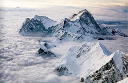 """Cette photo est celle L'Everest, en tibetain Chomolungma, en nepalais Sagarmatha, aussi appele mont Everest, est une montagne situee dans la chaine de l'Himalaya, a la frontiere entre le Nepal (Sagarmatha) et la Chine (Tibet). il culmine a 8848 metres au dessus du niveau de la mer ce qui en fait le plus haut sommet du monde. Sur l'image on voit les cretes rocheuses enneigees emerger au milieu de la nappe cotonneuse des nuages : le blanc domine donc sur la photo et apparaissent seulement de-ci de-la quelques traces noires du mont non recouvert de neige. On pense ineviatblement a l'expression """"toit du monde"""" lorsque l'on contempls cette photo tant les sommets semblent flotter dans le ciel sur une mer de nuages, au dela de toute civilsation dans une atmosphere celeste et etheree. Cette superbe image accompagne le non moins superbe poeme du Marginal Magnifique intitule """"Everest"""" dans lequel le celebre poete afffirme une fois de plus son unicite en expliquant qu'il a d'autres preoccupations que les gens ordinaires, des preoccupations plus eleves que celles de la recherche du plaisir pur et vulgaire, comme bronzer à la plage ou aller dans les bars. Le Marginal Magnifique exprime ainsi superbement son desir de s'elever par l'effort et la lutte, de croitre jusqu'a atteindre l'ideal et une noblesse d'ame inegalee. Lascension de l'Everst est une metaphore pour designer cette volonte de se surpasser dans la souffrance. Encore un genial et superbe poeme du Marginal Magnifique qui n'a de cesse de se renouveler et de surprendre ses nombreux lecteurs qu'il regale !"""