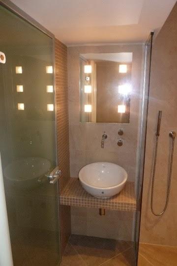 Баня с кристална мозайка и стъклена врата 3