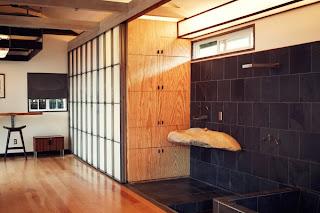 Ein-Raum-Haus in japanischem Mid-Century Design mit integriertem Bad