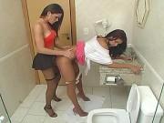 Travesti Comendo Morena no Banheiro