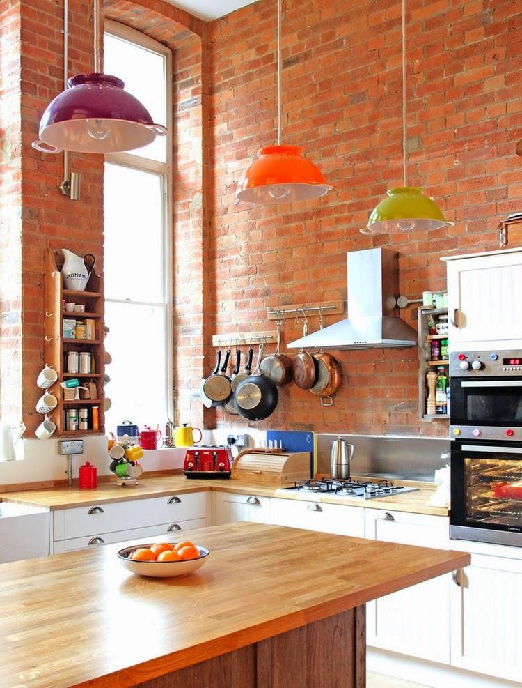 Verstaubte Einrichtung mit frischen Deko-Ideen aufgepeppt - eben typisch englisches Wohnen in Wohnzimmer und Küche zwischen Moderne und Antiquitäten