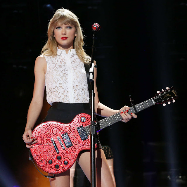 Taylor Swift performs on stage at the 2013 CMA Music Festival