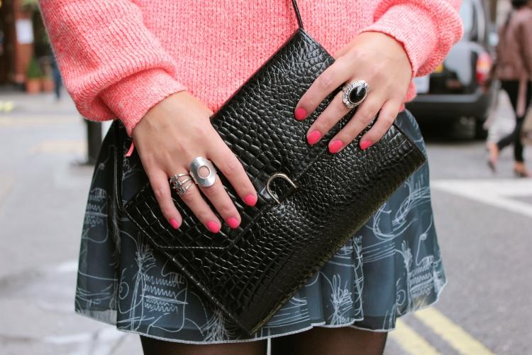 http://3.bp.blogspot.com/-Lo074uKo20I/UGIvCDBYaKI/AAAAAAAAGvQ/45o-s06-haA/s1600/5.+Chlo%25C3%25A9+Vioz%252C+london+fashion+blogger%252C+pull+orange+n%25C3%25A9on+Sandro%252C+jupe+motif+visage+american+apparel%252C+sandales+bi+mati%25C3%25A8re+%25C3%25A0+plateau+Manie%252C+pochette+croco+vernie+vintage%252C+carrie+bradshop+lyon%252C+Soho+Londres.JPG