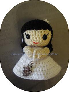 Muñeca amigurumi vestida de comunión.