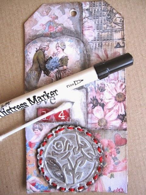 sexto paso tag febrero: tag con collage imágenes vintage románticas envejecido con rosa de estaño cosida con hilo rojo y Distress Marker negro y bastoncillo de algodón