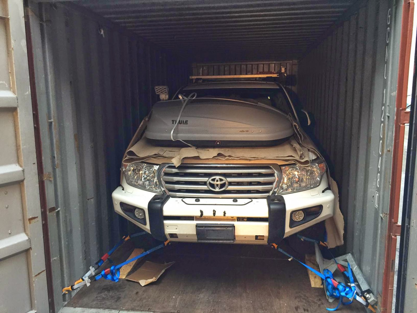 Container-Verschiffung-4x4-SUV-auto-5.jp