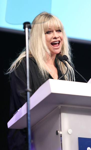 Jo Wood Presenta Un Premio En Los Premios De Almacén Carphone Appy