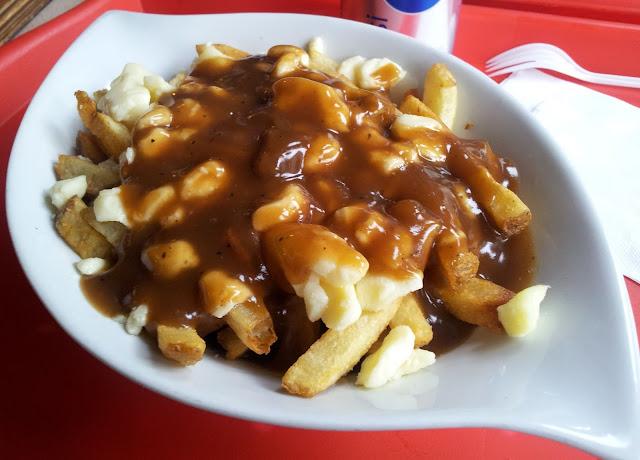 poutine, frites, fromage en grains, fromage en crottes, fromage couic-couic, sauce brune, plat, fourchette