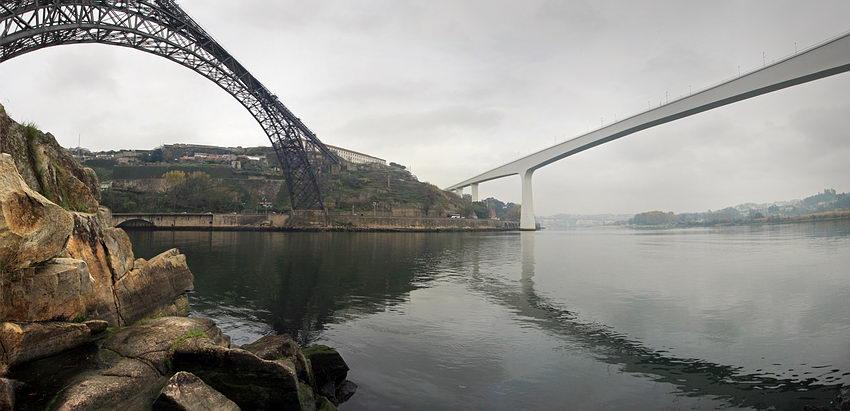 As duas pontes com uma convergência muito acentuada sobre a margem do Porto