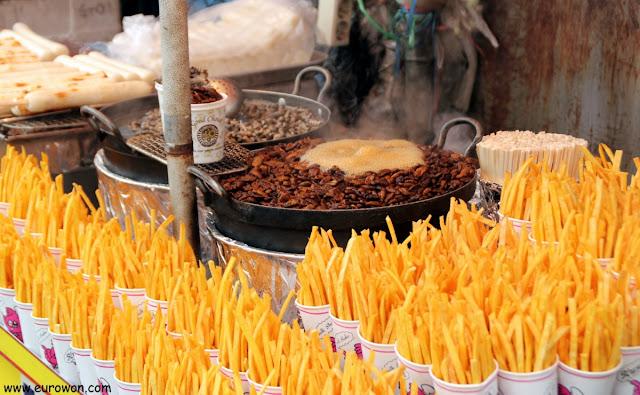 Venta de snacks coreanos callejeros: beondegi, caracolas, patatas y tteok