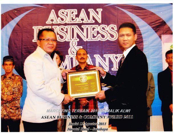 Bpk Malik Alwi Saat Menerima Pengharggan Dari Asean  Business