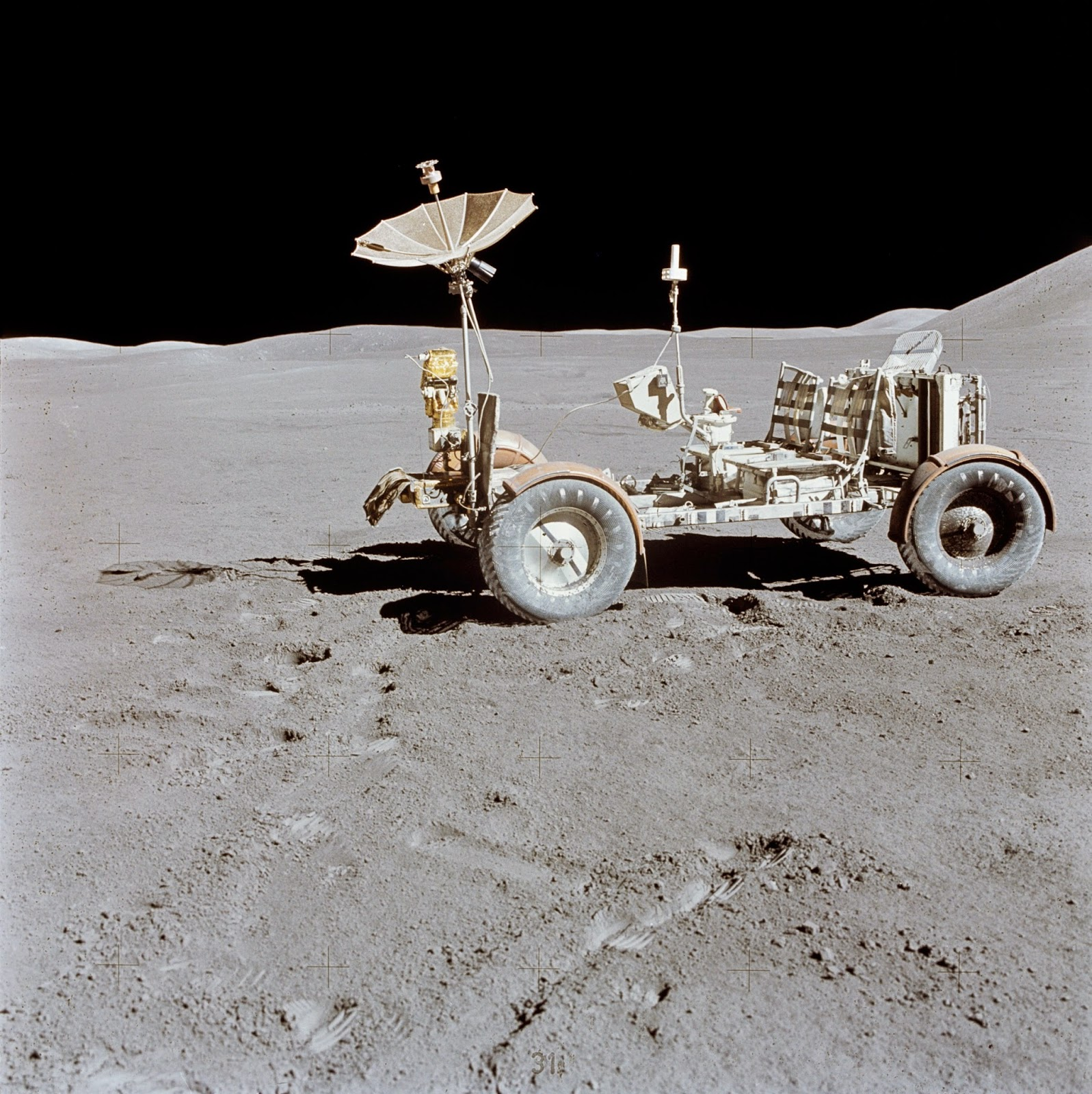 Donde está la Luna?????? Apollo_15_Lunar_Rover_final_resting_place