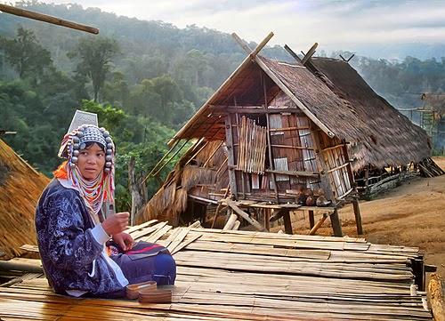 Aller de Chiang Rai à Thaton en bateau - une thaïlandaise devant sa maison