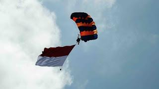 Terjun Payung membawa Bendera Merah Putih