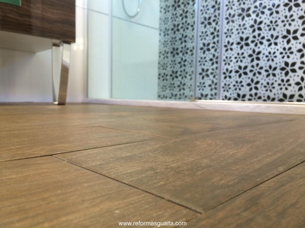 Ba o blanco suelo madera - Suelos porcelanicos para cocinas ...
