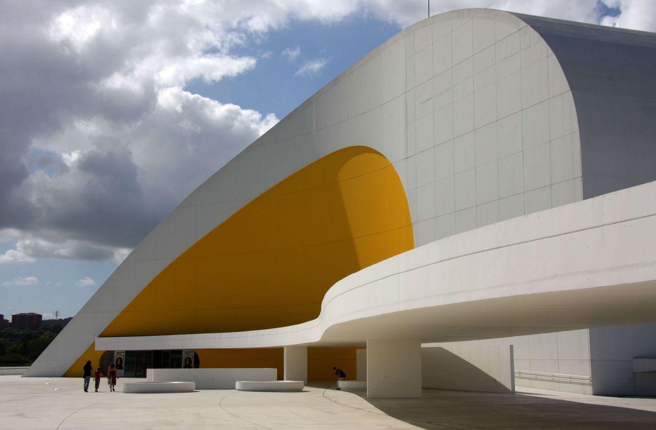 Entre deux oscar niemeyer loge de la courbe for Architecture courbe