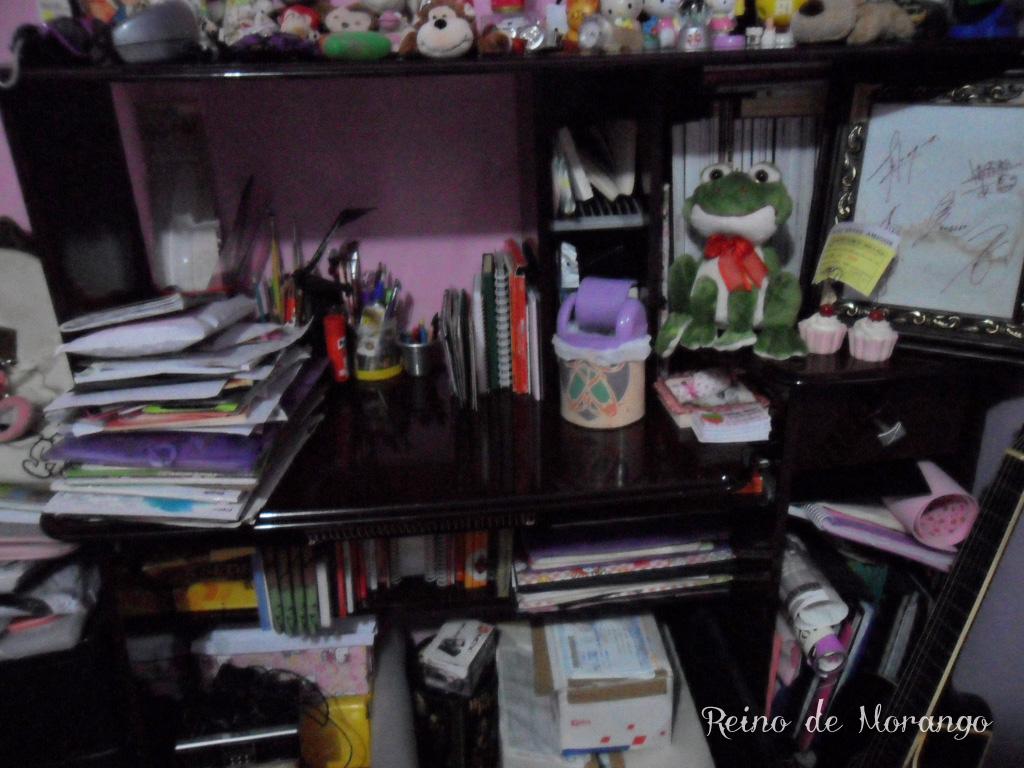 Essa é minha escrivaninha. A parte de cima está ocupada por diversas  #746839 1024x768