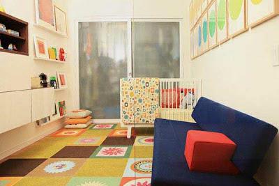 habitación para bebé mucho color