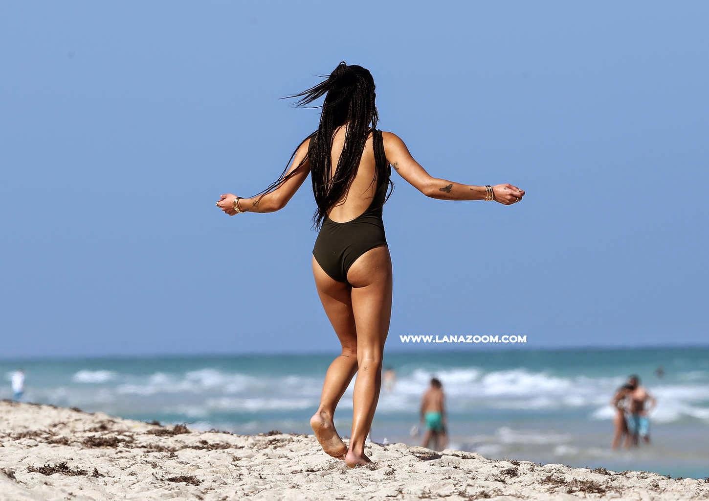 صور المغنية الأمريكية زوي كرافيتز بملابس السباحة في ميامي