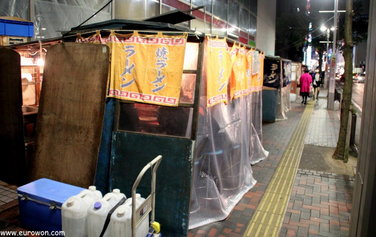 Fila de yatais en Tenjin en el centro de Fukuoka