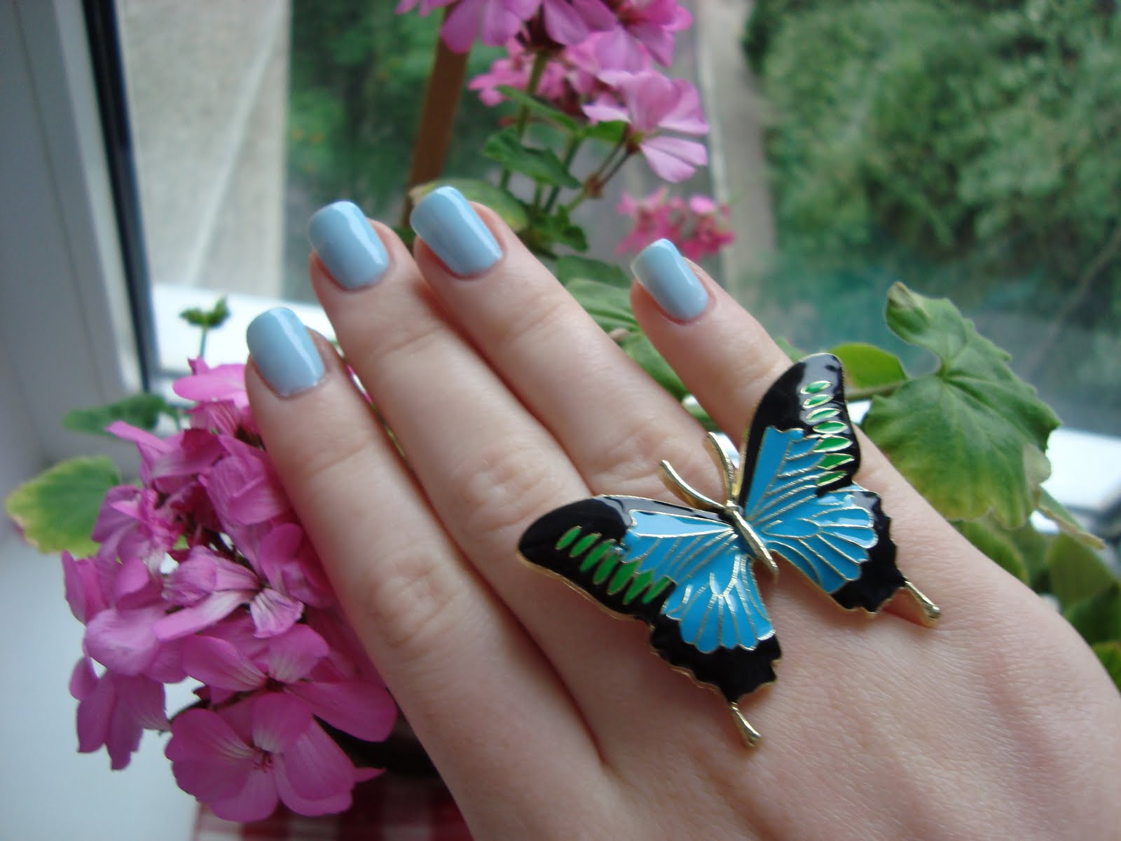 Маникюр бабочек с посыпаными себристой крошкой крылышками фото