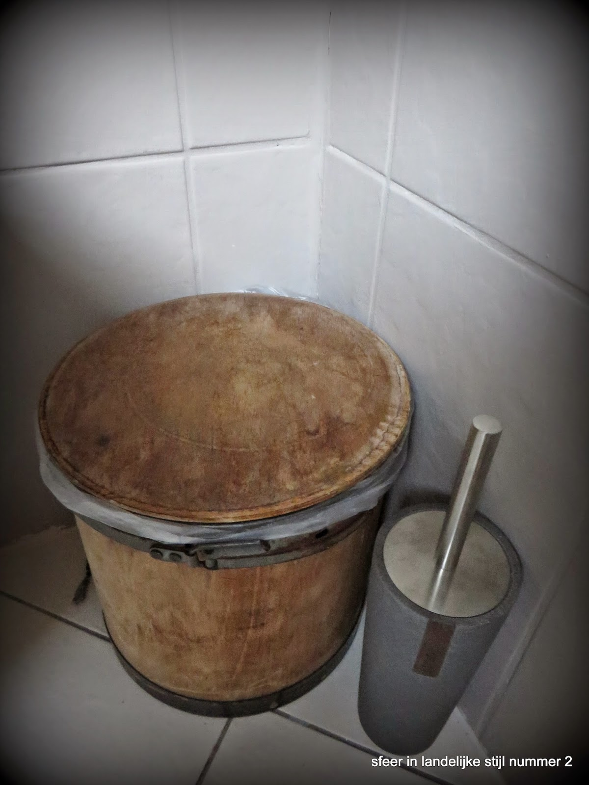 Witte prullenbak weggehaald en een oud zuurkoolvat doet nu dienst als prullenbak de - Wc a l oud ...