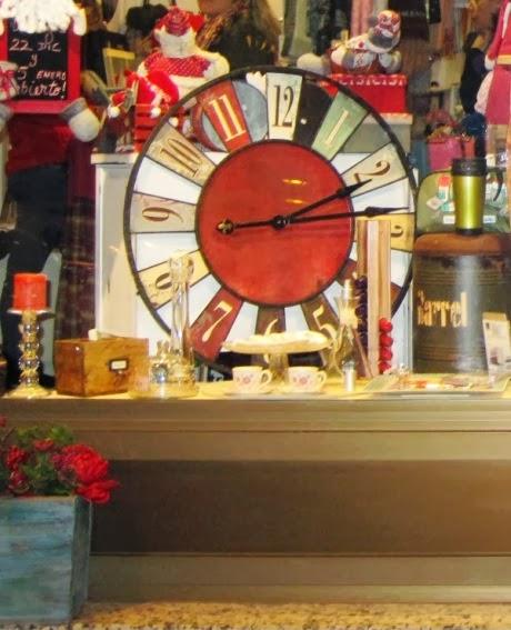 Reloj vintage grande de pared redondo. Asiento puf barrel.