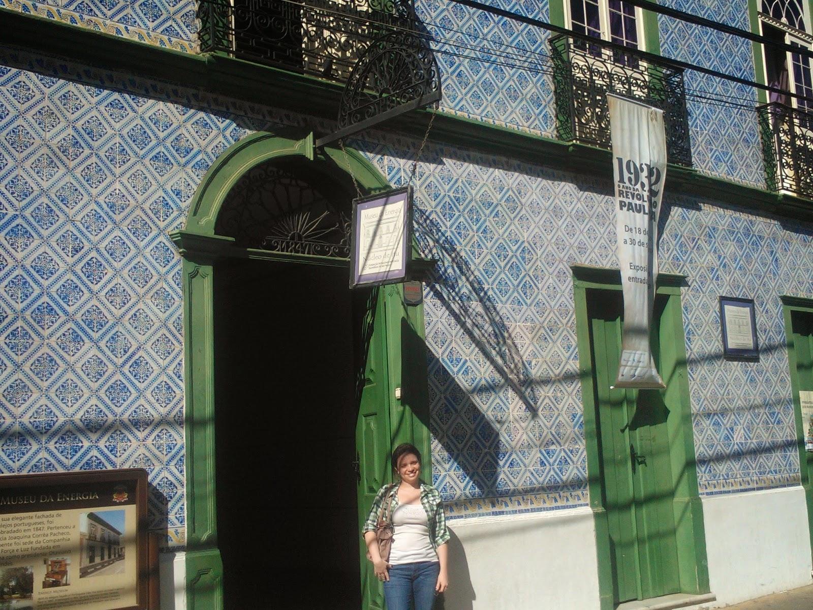 Carina Pedro na frente da faxada de azulejos do Museu da Energia, Itu-SP