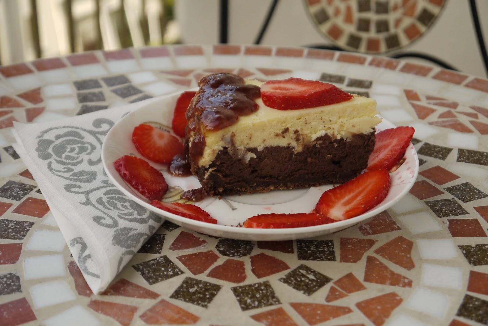 Cheesecake z bielej a tmavej čokolády