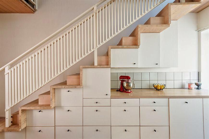 Una cocina en la escalera mi silla azul for Escalera cocina