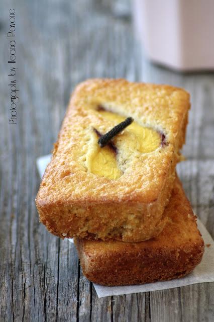 mini cakes speziati alle pesche con farina d'avena...e 2 anni di blog!