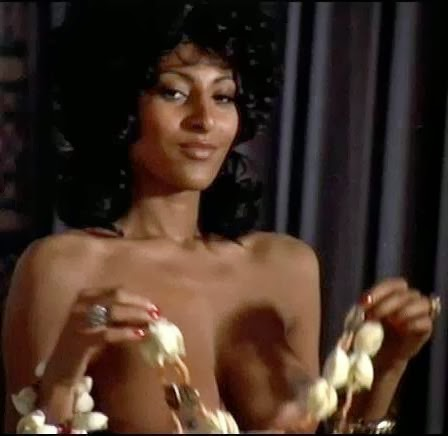 Pam Grier clips gros boob