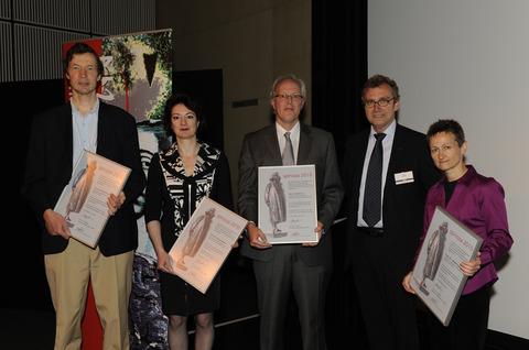V.l.n.r. Spinozawinnaars Marijn Franx, Naomi Ellemers, Piet Gros, NWO-bestuursvoorzitter Jos Engelen, Ineke Sluiter