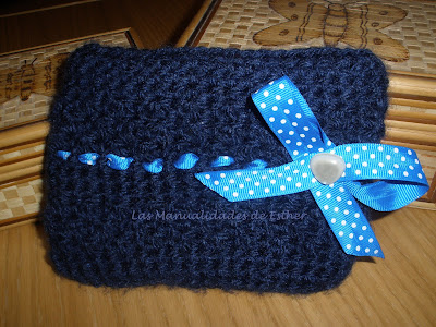 Cosmetiquero marino realizado a crochet adornado con un lazo celeste con topitos para el reto 39