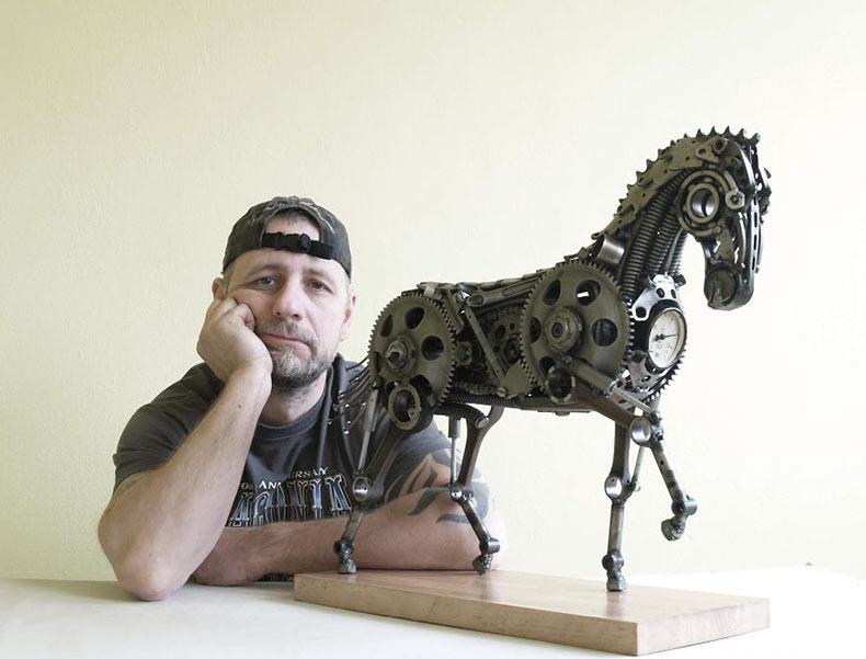 Artista recicla viejas piezas de la motocicleta en esculturas seampunk