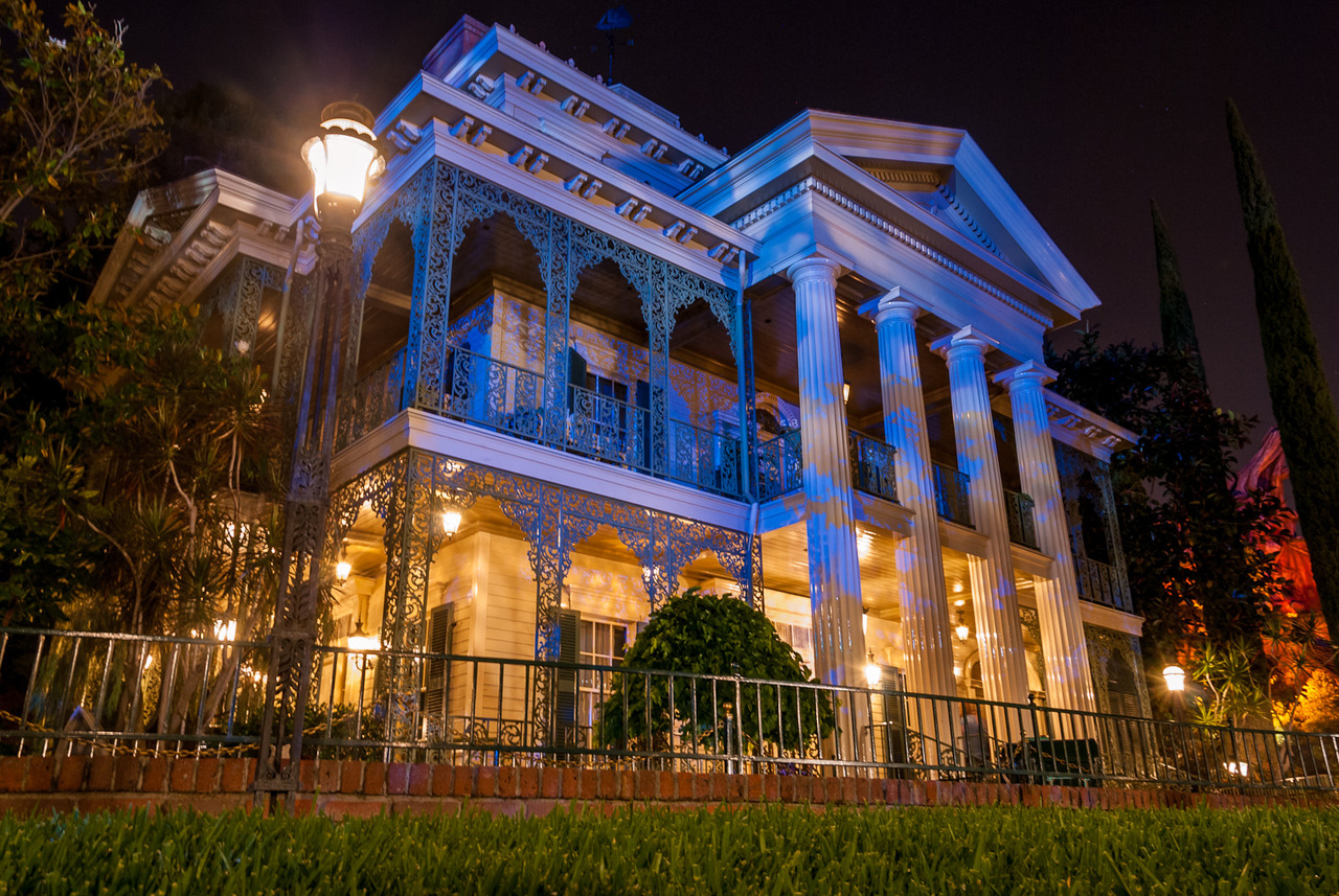Steven symes writer the haunted mansion at disneyland for Couleur exterieur