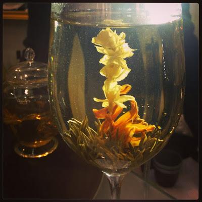 Зеленый чай с цветком внутри